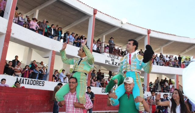 Tarde triunfo en Tetla; Angelino y Macías a hombros