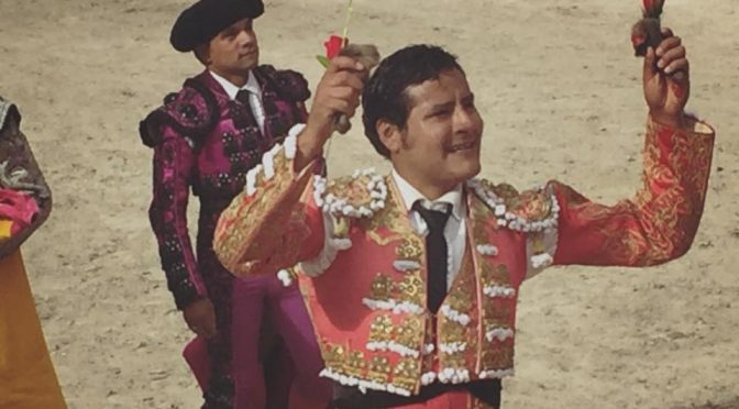 Angelino Arriaga corta dos orejas en su debut peruano