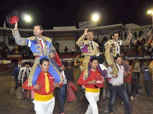 Salen a hombros en la corrida de Tlaltenango