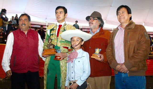 Alan Corona pasea única oreja en la Novillada de la Prensa
