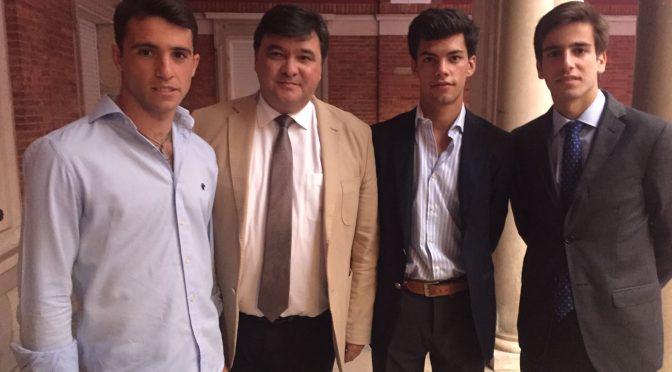 Rafael Serna es anunciado en la feria de colombinas en Huelva.