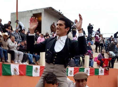 """""""Calita"""" sale a hombros en festival taurino de Tecalco"""